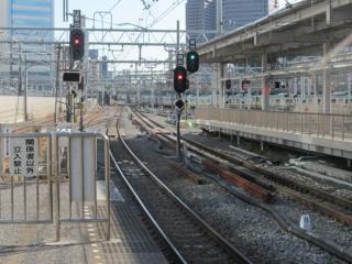 東海道線下り12番線ホーム先端の出発信号機は東海道線用のみ3灯式に交換された。