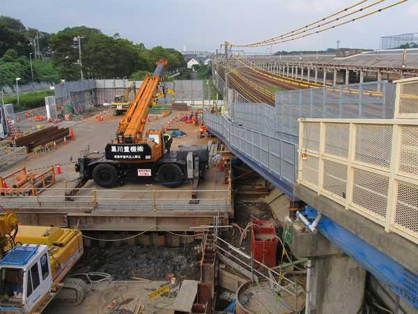 羽沢歩道橋から新横浜方面を見る。この先のJR委託区間の工事はほとんど進んでいない。