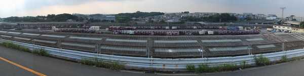 東側の丘陵地から横浜羽沢駅構内を見る。直通線下り線の連絡線は左奥に見える荷捌き用ホームの下を通り、右端付近で東海道貨物線下り本線と合流する計画。