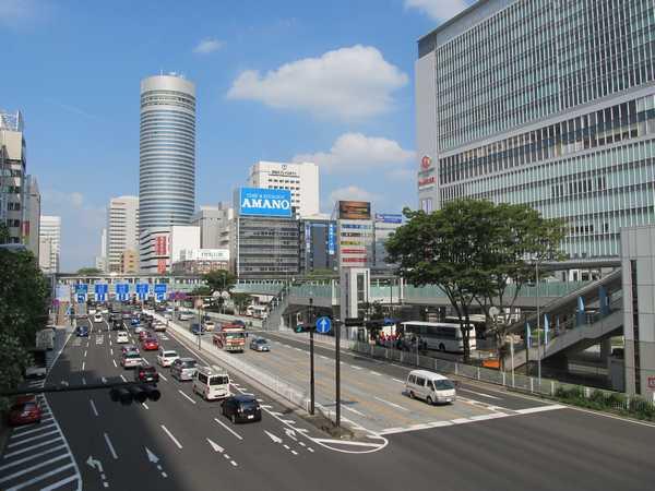 新横浜駅北口のペデストリアンデッキ。相鉄・東急直通線は左下の環状2号線地下に建設される。