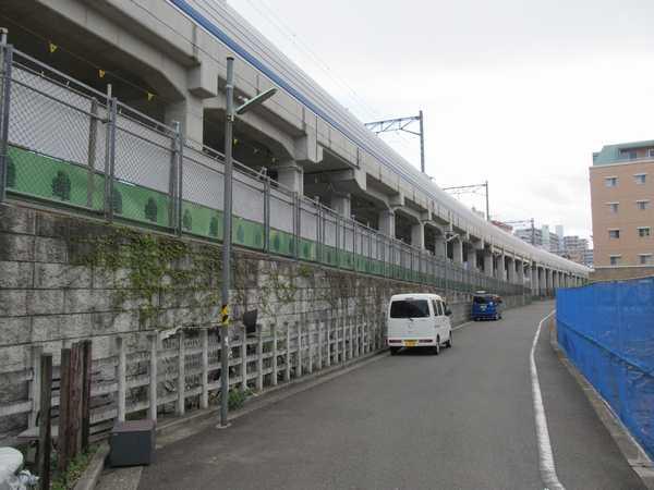 日吉第一架道橋付近の高架橋。高架橋の足元は地上線時代の擁壁が残る。