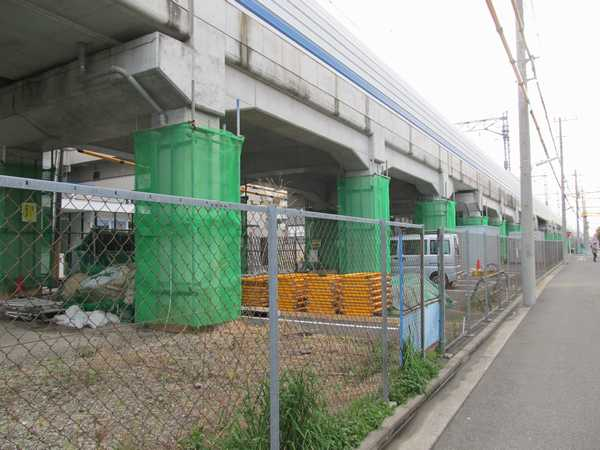 日吉~綱島間のほぼ中央付近の高架橋。高架下で工事の準備が行われている。