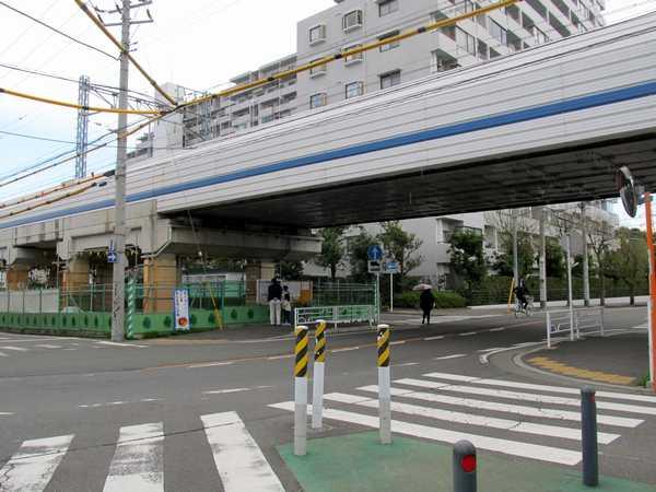 日吉第三架道橋。この下にシールドの回転立坑が設けられる。