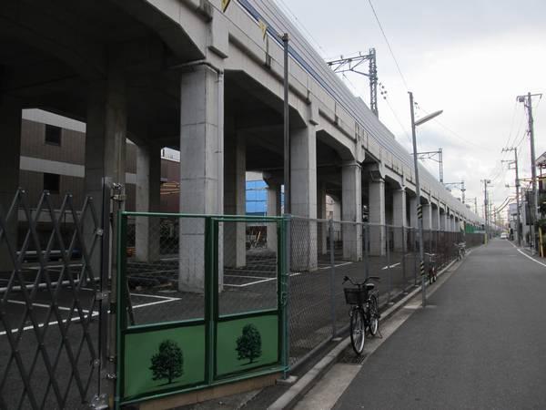 日吉第二架道橋付近の高架橋。徐々に高架橋の高さが高くなる。