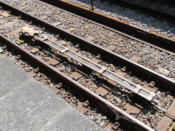 連動駅の先頭車両停止位置に設置されているATS-P地上子。発車後即座にパターンを消去できるよう地上子が延長されている。