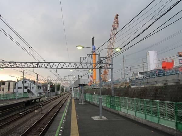 西谷駅のホーム脇では斜面を切り崩すため杭の打ち込みが行われていた。
