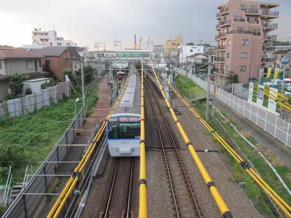 西谷駅横浜方の歩道橋から駅構内を見る。4番線の線路は完全に撤去された。