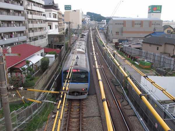同じ場所から横浜方面を見る。線路の両側で直通線の工事が進む。