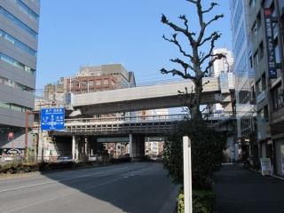 靖国通りをオーバークロスする高架橋。秋葉原駅へ向かってかなり急な下り勾配となっている。