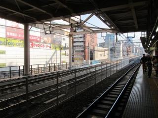 秋葉原駅の途中から重層高架へ向けて上り勾配になる縦貫線