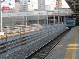 秋葉原駅ホームの上野方は消音バラストが散布された