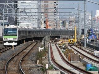 秋葉原駅ホーム端から建設中の縦貫線の線路を見る(2013年11月24日)