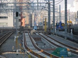 秋葉原駅ホーム端から建設中の縦貫線の線路を見る。新たに消音バラストが散布されたことが分かる。(2014年3月16日)