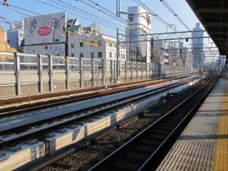 御徒町駅ホームから東京方面を見る。京浜東北線南行との間の柵も取り払われた。