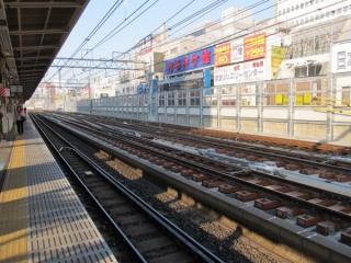 同じ場所から上野方面を見る。こちら側は渡り線が多数ある。