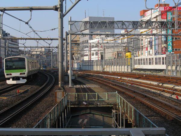 御徒町駅ホーム端から上野方面を見る。右側3線が縦貫線。