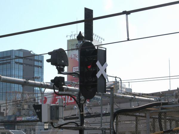 上野駅5番線東京方の第四場内信号機。「×」の覆い板の裏ではすでに赤のLEDが点灯していた。