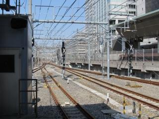 東京駅東海道線ホーム上野方。右2線の信号機は以前から全て標識が設置されており変化は無い。