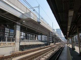 神田駅東京方の高架橋。防音壁の設置が終わり、架線柱が立ち始めている。