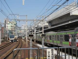 神田駅上野方の高架橋。同様に架線柱の取り付けが進む。