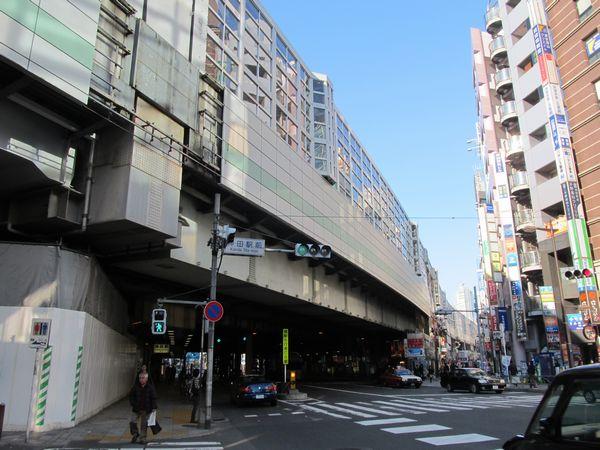 東側は新幹線階に格子状のアクリルパネルを用いた防音壁が追加された。