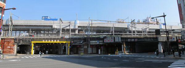 神田駅の下を通る中央通りから完成した高架橋を見る。