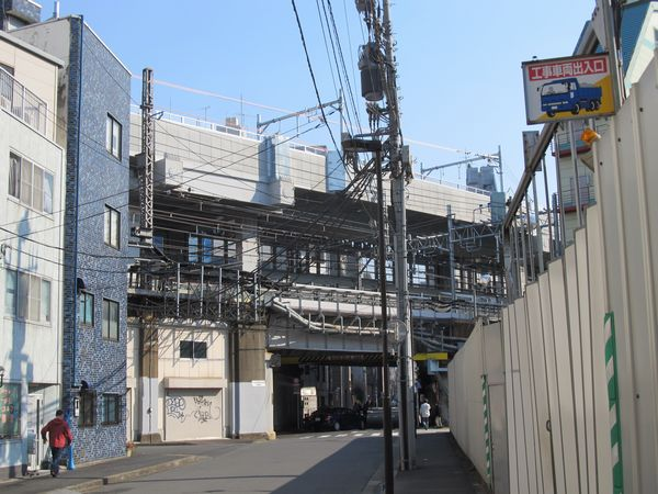 神田~秋葉原間の高架橋。この付近は架線(電車線)の敷設も完了している。