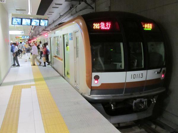 元町・中華街駅終端側のホーム延長部分に停車中の10両編成の列車。