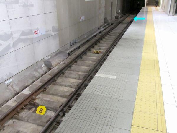 終端側の8両用停車目標(手前)と10両用停車目標(奥の矢印の先)