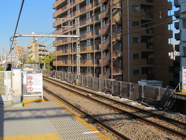 都立大学駅ホーム渋谷寄りで開始された優等列車対応通路新設工事。