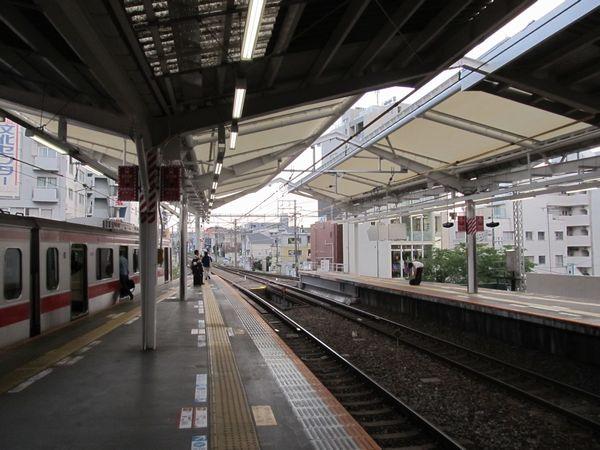 副都心線直通開始時点では完成が間に合わなかったホーム横浜寄りの屋根も完成した。