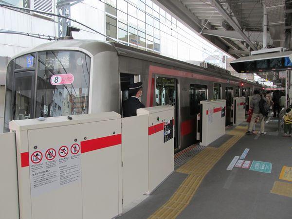 中目黒駅1番線で稼働を開始したホームドア。
