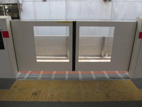 東横線のホームドアは副都心線と同様車両のドア位置の違いに合わせて複数の開口幅が用意されている。