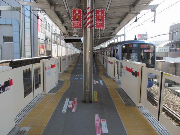 学芸大学駅で稼働を開始したホームドア。中目黒駅と同等品。