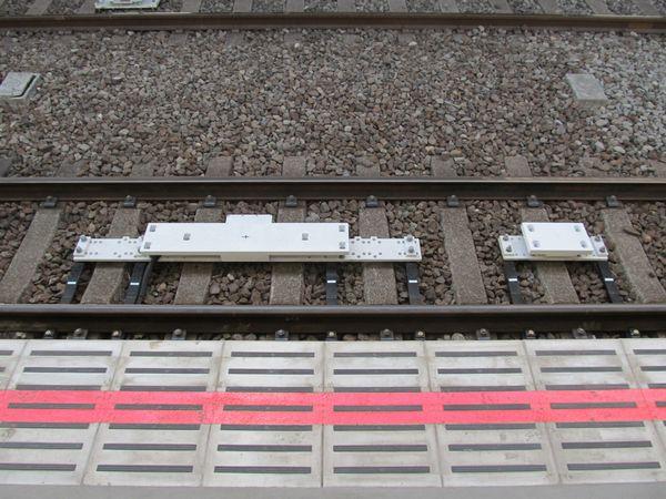 自由が丘駅渋谷方先頭車停止位置付近にあるP4(左)・P3(右)地上子。
