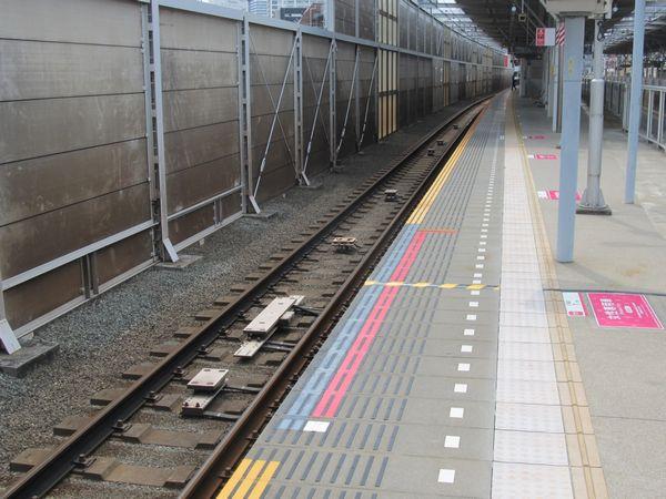 新丸子駅下り線は次の武蔵小杉駅まで500mしか離れていないため、駅構内に武蔵小杉駅停車用のTASC地上子も設置されている。武蔵小杉駅は8両編成と10両編成で渋谷方先頭車の停止位置が異なるため、P1地上子が合計4個設置されている。