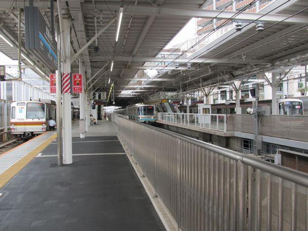 武蔵小杉駅で並ぶ東京メトロ7000系・9000系・東急5050系