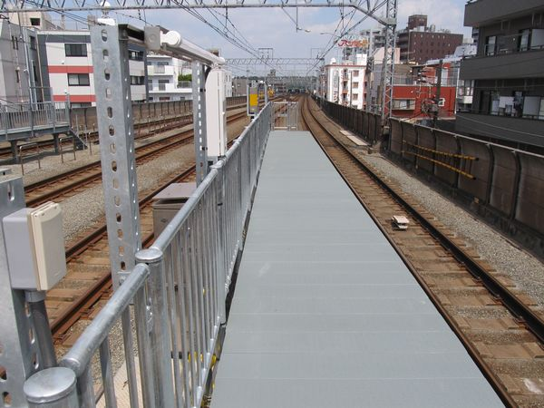 新丸子駅渋谷方の優等列車対応通路。