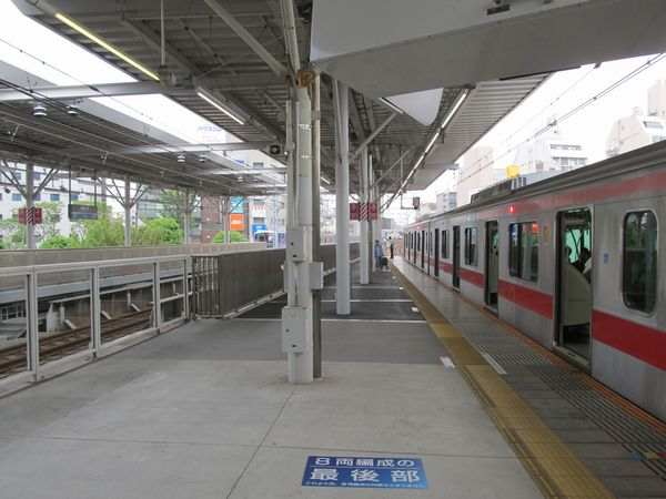 武蔵小杉駅のホーム延伸部分。10両編成の東急5050系4000番台が停車中。