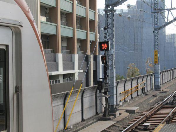 下り線は当駅までがTASC制御であるため、ホームの先にTASC開放を指示する標識が新設された。