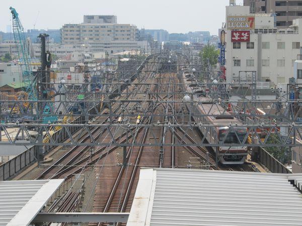 展望デッキからの眺め。真下にある武蔵小杉駅に出入りする電車が見える。