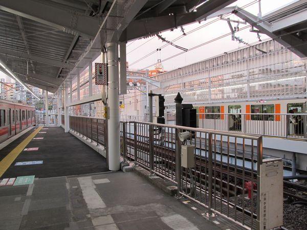 中目黒駅渋谷方の延伸ホーム。目黒川の橋梁上にある。