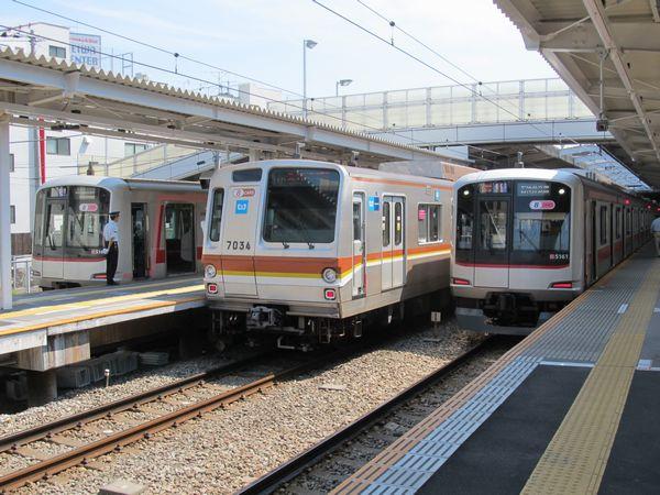 菊名駅で並ぶ東急5050系と東京メトロ7000系。