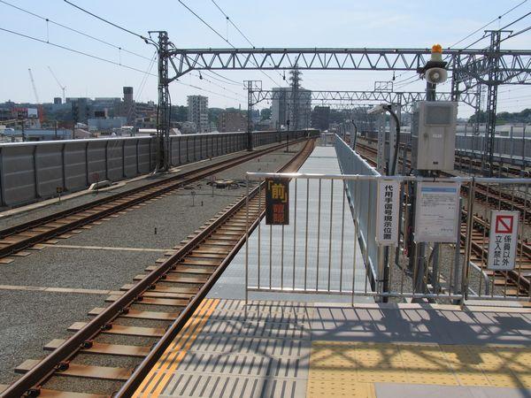 元住吉駅横浜方の優等列車対応通路。