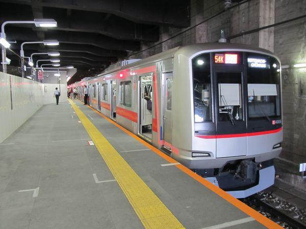 日吉駅のホーム延伸部分。10両編成の東急5050系4000番台が停車中。