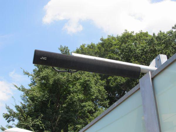 住宅に近接しているため、放送用スピーカーは狭指向性仕様を採用。