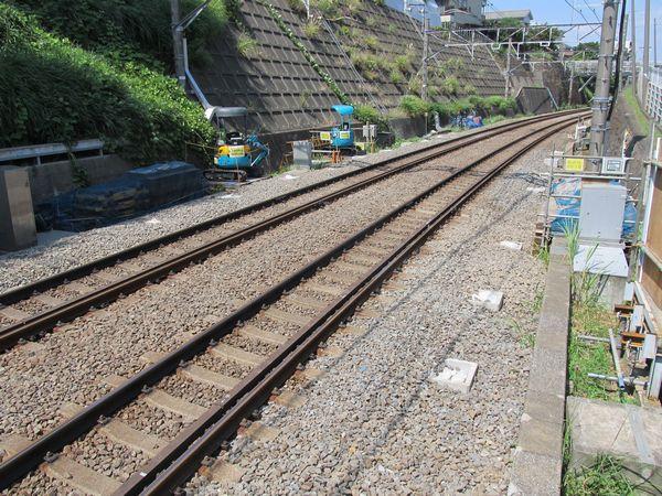大倉山駅渋谷方で建設中の優等列車対応通路。