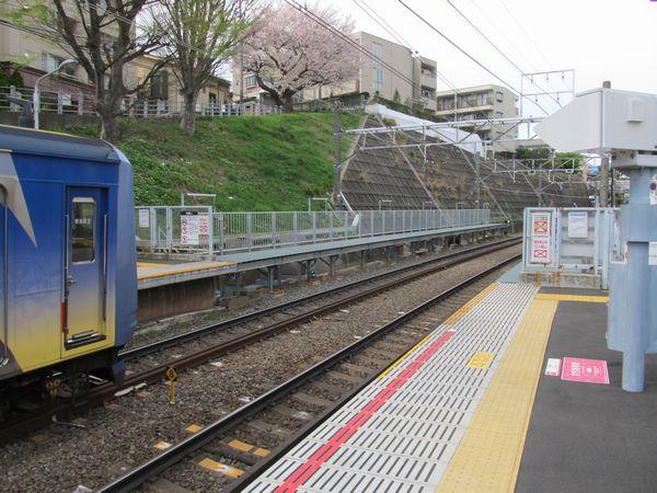 完成した大倉山駅の優等列車対応通路。