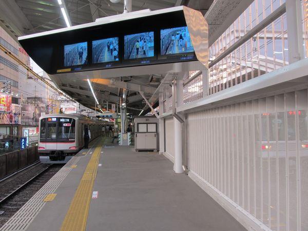 中目黒駅横浜方の延伸ホーム。こちらは日比谷線側が全面板で覆われている。