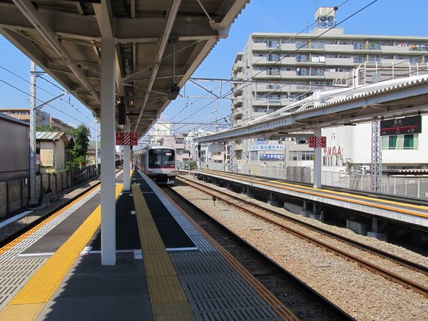 渋谷方に延長された菊名駅のホーム。床面の天井ブロックは例のごとく接着式。